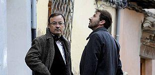"""El director Manuel Martín (i) junto al actor Antonio de la Torre, en la Carrera del Darro, en el bajo Albaicín de Granada, donde ha comenzado el rodaje de """"Caníbal"""""""