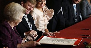 Beatriz I de Holanda en el momento de firmar la abdicación a favor de su hijo Guillermo.