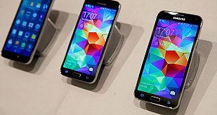 El nuevo móvil de Samsung, el Galaxy S5 expuestos en el Mobile World Congress de Barcelona 2014.