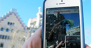 Con una aplicación de realidad aumentada, en el Paseo de Gracia los turistas pueden fotografiarse con el dragón de Sant Jordi mientras sale de la Casa Batlló.