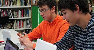 Dos estudiantes aprendiendo diseño de apps móviles en el Institut Príncep de Viana de Barcelona.