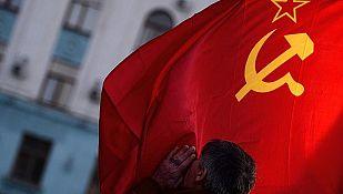 Un hombre besa la bandera de la URSS en Simferópol, capital de Crimea