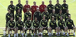 Los jugadores de la selección española posan para fotografía de familia
