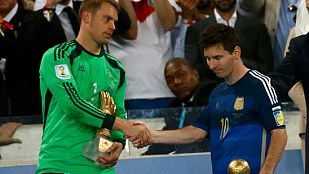 Leo Messi, Balón de Oro del Mundial, se saluda con Manuel Neuer, Guante de Oro