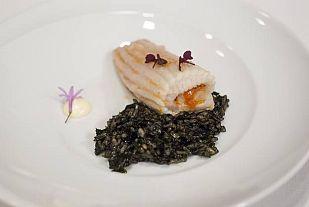 Raya asada con mantequilla de tomate y arroz negro de algas