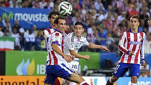 El madridista James Rodriguez (C) intenta llevarse el balón entre Godín, Tiago y Griezmann.