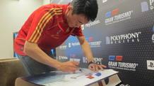 Yamauchi firma un póster de 'GT5' que se sorteará entre los internautas de RTVE.es
