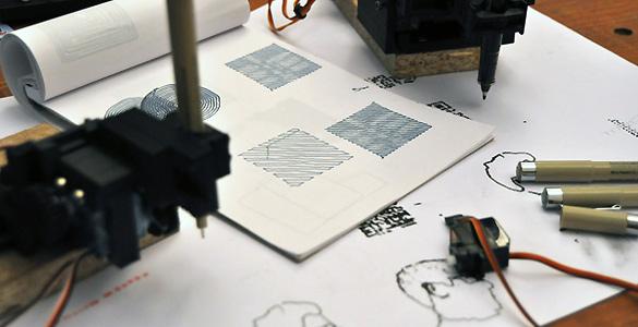 En el brazo articulado de Piccolo se pueden colocar lápices, bolígrafos, rotuladores y todo tipo de instrumentos de dibujo