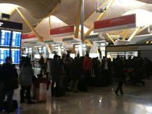 Las colas de pasajeros para reclamar en la Terminal 4 de Barajas eran kilométricas