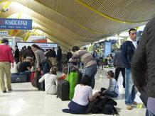 Los pasajeros aguantanban largas colas y muchos optanban por esperar sentados