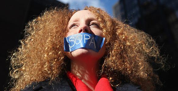 Una manifestante muestra su desacuerdo contra la Ley SOPA