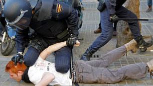 Ver vídeo  'La policía carga contra los estudiantes en Valencia'