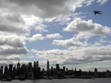 El Enterprise sobrevuela el río Hudson con el skyline de Nueva York de fondo.