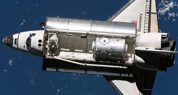 El Discovery en su elemento, poco antes de la llegada a la Estación Espacial Internacional en la misión STS-120