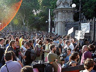 Ver v?deo  '2.000 'indignados' del Movimiento 15M amanecen frente al Parlament'