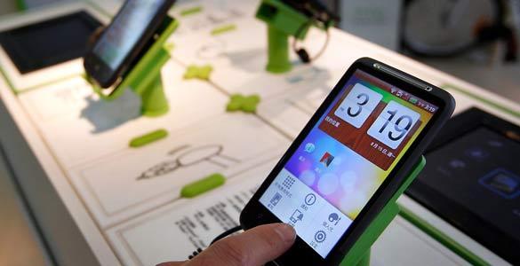 Un usuario comprueba cómo funciona el HTC Desire, uno de los terminales con sistema operativo Android