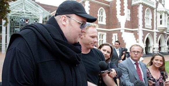 Kim 'Dotcom' atiende a los medios tras obtener la libertad condicional