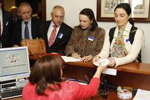 Momento de la entrega de la Carta Abierta por la Ciencia firmada por casi 43.000 personas