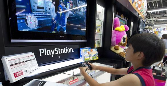 Un niño juega con una PS 3 en una tienda de Japón