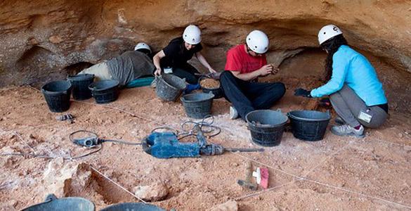 Un equipo de arqueólogos trabaja en uno de los yacimientos de Atapuerca