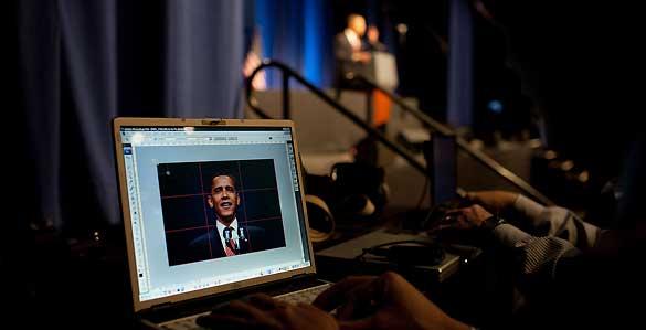 Una foto del presidente Barack Obama en un ordenador mientras el da un discurso en Nueva York