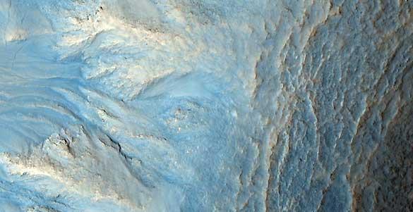 Un cráter en suelo marciano que podría haberse formado por corrientes de agua