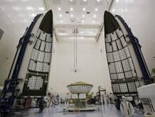 Curiosity a punto de ser encerrado en su cohete lanzador (NASA/Jim Grossmann)