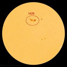 La mancha solar 1429 sigue activa y es siete veces más grande que la Tierra