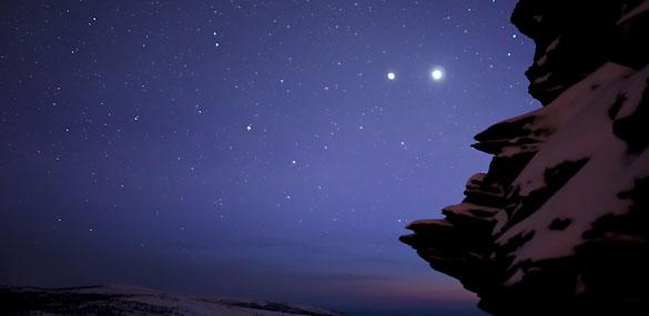 Júpiter y Venus por la posición que ocupan en estas fechas en sus respectivas órbitas parecen estar juntos en el cielo.