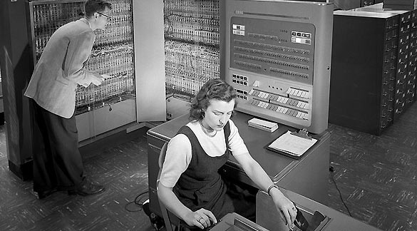 Vista parcial de un IBM 704, el primer ordenador de negocios de la empresa