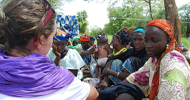 El trabajo de Cruz Roja también pasa por concienciar a las mujeres de los poblados de la importancia de prevenir las crisis alimentarias a través de un eficiente uso de los cultivos.