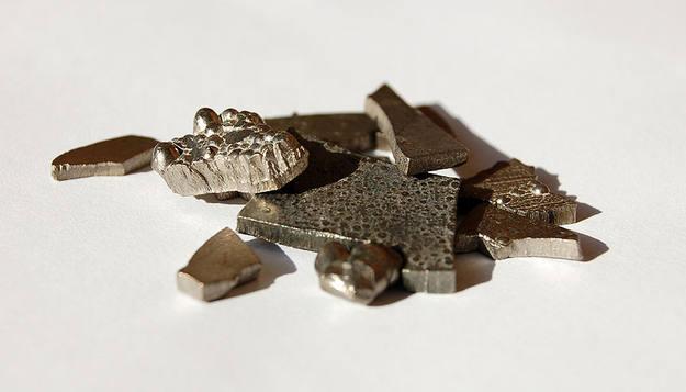 El cobalto es un metal de color blanco grisáceo, muy duro, maleable y dúctil.