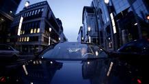 El abogado Pascal Kerneis en una de las instantáneas del documental conduciendo su coche por la Rue de la Loi