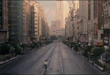 Fotograma de la película 'Abre los ojos', de Alejandro Amenábar, donde Eduardo Noriega camina por una Gran Vía totalmente vacía.
