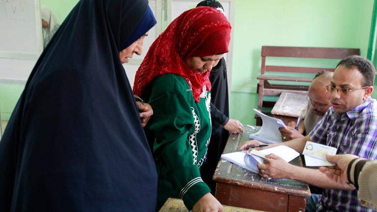 Abren los colegios en Egipto para votar en históricos comicios presidenciales
