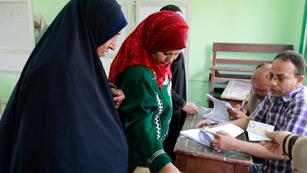 Ver vídeo  'Abren los colegios en Egipto para votar en históricos comicios presidenciales'