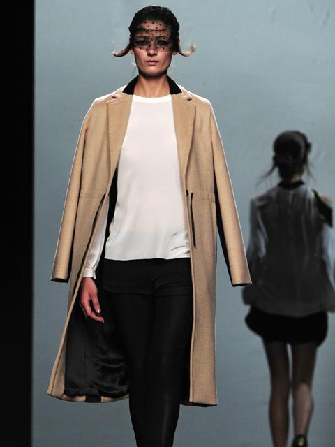 Abrigos absolutamente sencillos se mezclan con vestidos camiseros