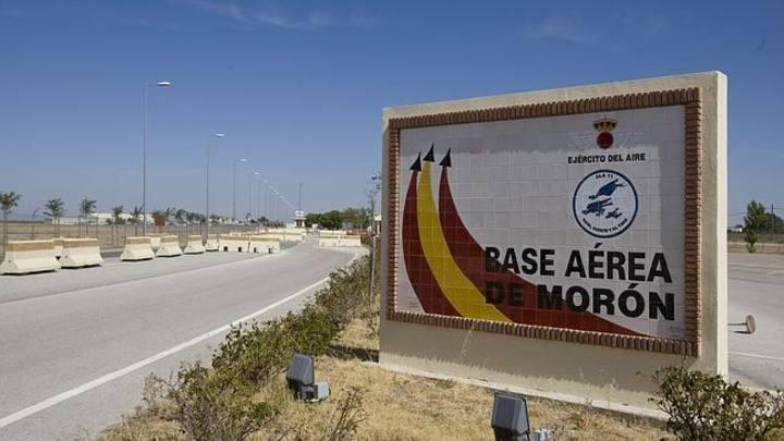 Acceso a la base aérea de Morón de la Frontera