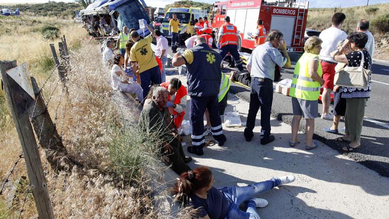 Nueve muertos y seis heridos graves al volcar un autobús de línea en Ávila