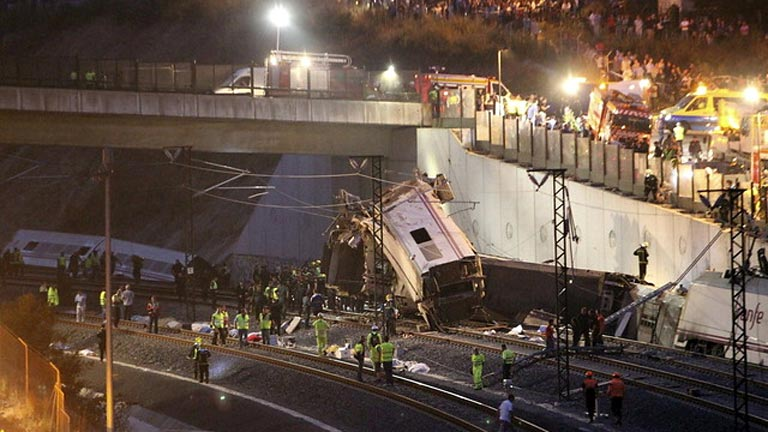Una treintena de muertos y casi cien heridos por el descarrilamiento de un tren en Santiago