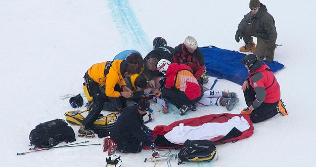 Un equipo de rescate prepara el traslado del esquiador austriaco Hans Grugger, tras sufrir un aparatoso accidente.
