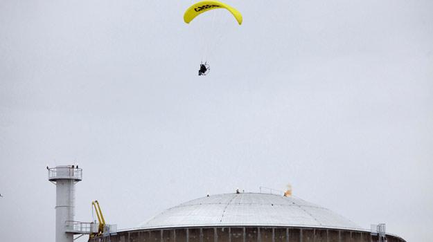 El activista de Greenpeace sobrevuela la central nuclear de Bugey, en Francia, antes de aterrizar
