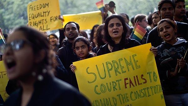 Activistas por los derechos de los homosexuales protestan contra la sentencia del Tribunal Supremo en Nueva Delhi, India