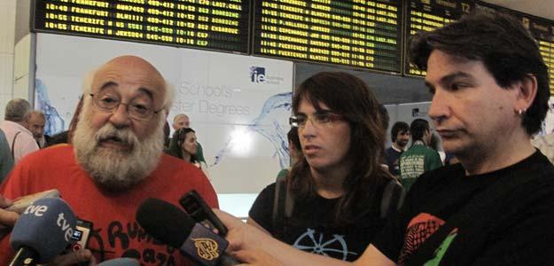 """Activistas españoles de Rumbo a Gaza, en el Aeropuerto de Barajas, antes de embarcar a """"algún punto del mar Mediterráneo"""" para formar parte de la Segunda Flotilla de la Libertad"""
