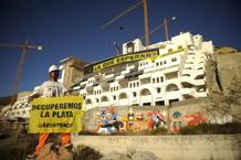 ACTIVISTAS DE GREENPEACE CONTINUAN OCUPANDO EL ALGARROBICO PARA EXIGIR SU DEMOLICIÓN