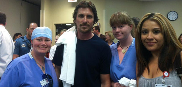El actor Christian Bale con personal médico del hospital de Denver donde se recuperan las víctimas del tiroteo