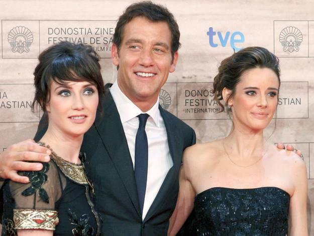 El actor Clive Owen, posa junto a las actrices, Pilar López de Ayala, y Carice Van Houten.