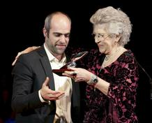 El actor Luis Tosar recoge el premio de manos de Pilar Bardém