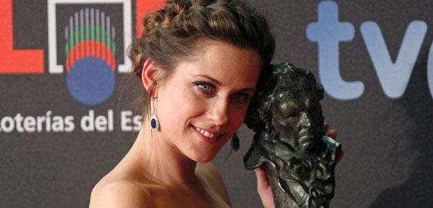 La actriz María León posa junto a su Goya como mejor actriz revelación por 'La voz dormida'