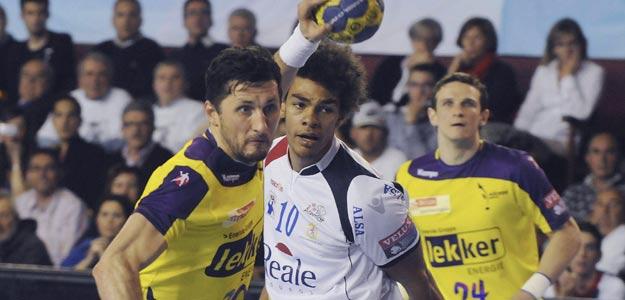 El jugador islandés del Füsche Berlín Alexander Petersson (i) se dispone a lanzar ante el lateral francés del Reale Ademar Adrien Dipanda